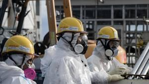 Mitarbeiter mit Schutzanzügen im Atomkraftwerk in Fukushima