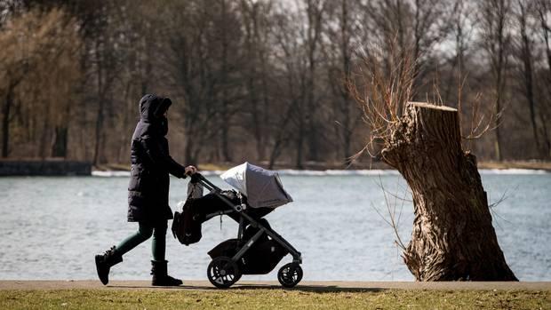 Nachrichten aus Deutschland: Frau schiebt Kinderwagen an Gewässer entlang