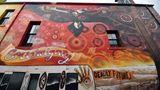 Auch in der Aboriginal Street Art ist der Adler ein wichtiges Motiv, wie in diesem Gemälde von Robert Young und Heesco Makatron in einer Seitenstraße im Viertel Fitzroy von Melbourne.