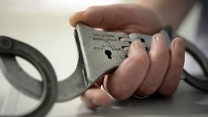 Nachrichten aus Deutschland: Mann hält Handschellen