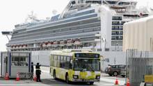 Ein Bus mit Passagieren, die das vom Coronavirus befallene Kreuzfahrtschiff Diamond Princess verlassen haben, verlässt den Hafen