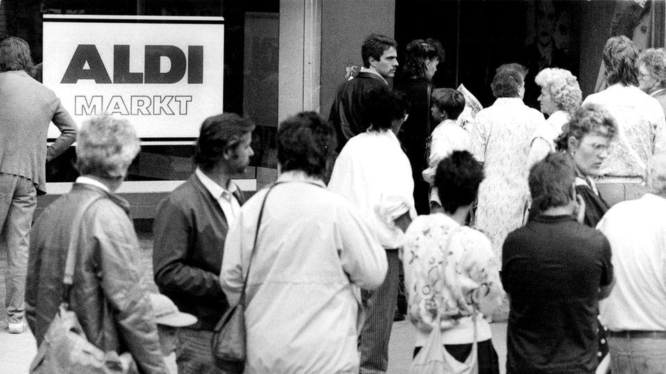 Berlin-Wedding 1990: Am Tag nach der Währungsunion drängen DDR-Bürger zu Aldi