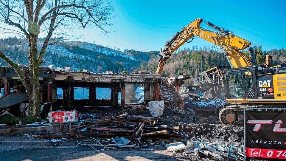 Baden-Württemberg, Baiersbronn: Die Ruine des weitgehend aus Holz gebauten mehrstöckigen Hauses des Drei-Sterne-Restaurants Schwarzwaldstube des Hotel Traube Tonbach, das durch einen Brand zerstört wurde, wird abgerissen.