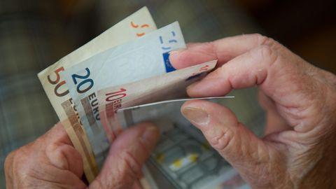 Grundrente: Geldscheine in alten Händen