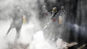 Bozhou, China: Eines Sanitär-Team versprühen Desinfektionsmittel als vorbeugende Maßnahme gegen die Ausbreitung des Coronavirus