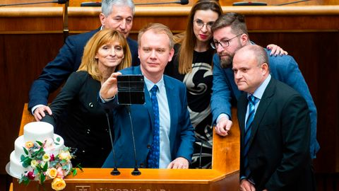 Sechs Politiker der Opposition blockieren das Rednerpult im slowakischen Parlament in Bratislava