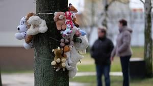 Nachrichten aus Deutschland: Plüschtiere an einem Baum vor dem Haus, in dem die beiden Kinder starben