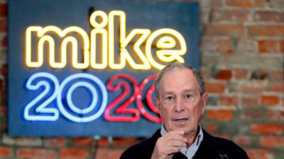 Michael Bloomberg vor seinem Wahlkamoflogo Mike 2020