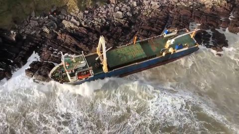 """Sturm """"Dennis"""" spült ein Geisterschiff an die irische Küste."""