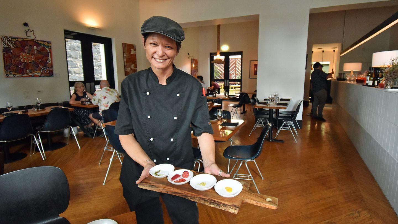 Bild 1 von 9 der Fotostrecke zum Klicken:Vanessa vom Restaurant Charcoal Lane in Melbourne bringt eine Vorspeisen-Variation von Abroriginal Food