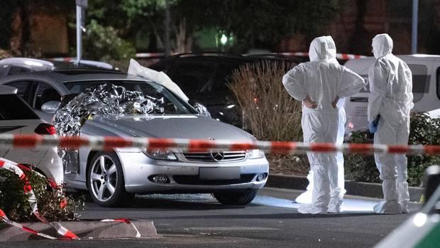Forensiker am zweiten Tatort: Ein silberfarbener Mercedes wurde genauer untersucht
