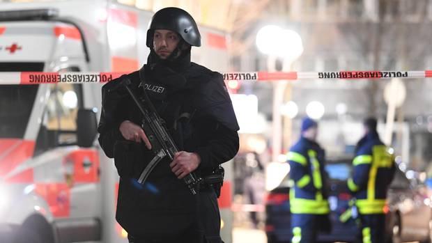 Ein Beamter mit Maschinenpistole am Hanauer Heumarkt