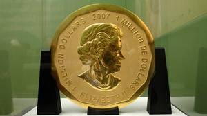"""Die 100 Kilogramm schwere Goldmünze """"Big Maple Leaf""""steht im Bode-Museum in Berlin"""