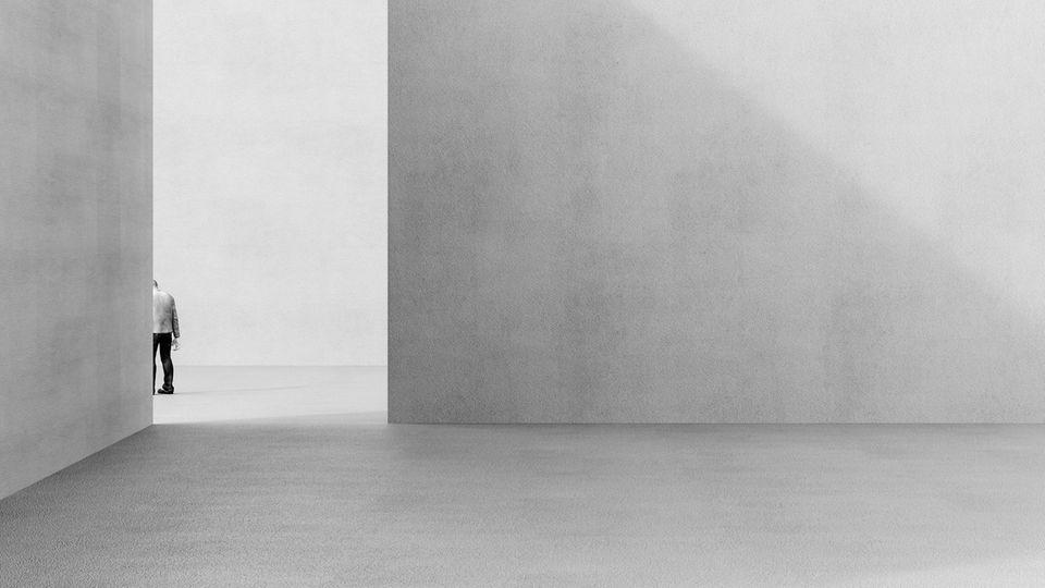 Einsame Person in einem grauen Raum