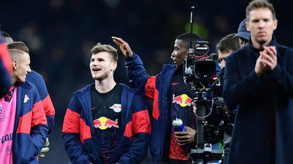 Timo Werner feiert mit den Mitspielern und Trainer Julian Nagelsmann den Sieg gegen Tottenham