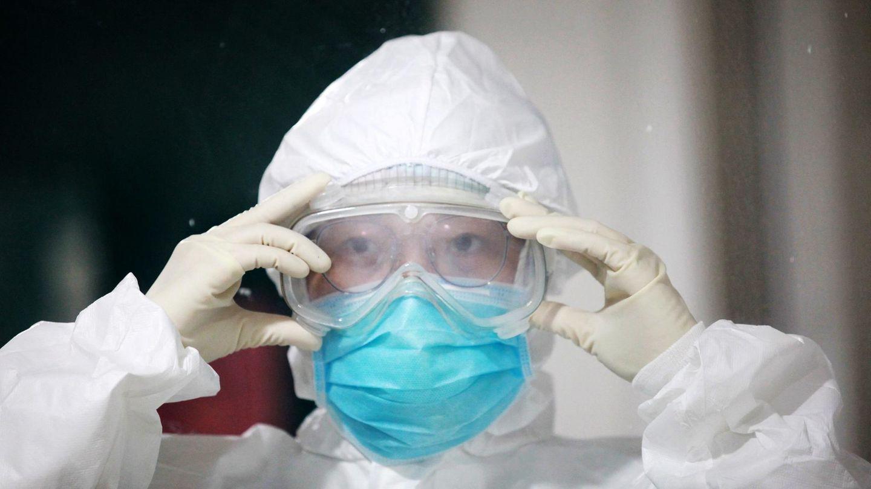 CoronavirusSars-CoV-2: Eine chinesische Pflegerin legt Schutzkleidung an