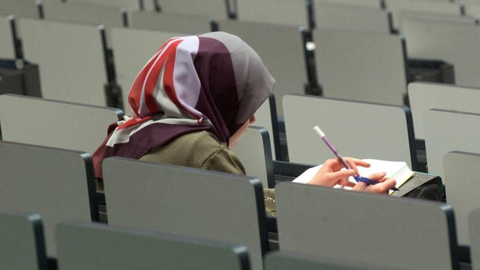Studentin mit Kopftuch im Hörsaaä