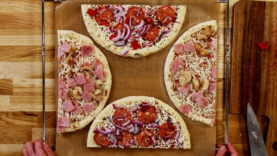 So passen zwei Pizzen auf ein Blech.