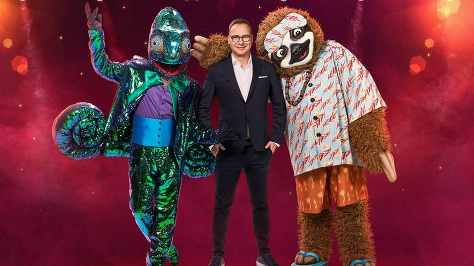 """""""Masked Singer""""-Moderator Matthias Opdenhövel mit seinen zwei neuen Kandidaten"""