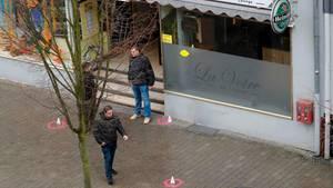 Polizisten in Zivil am Donnerstag vor der Shisha-Bar, wo die ersten Schüsse am späten Mittwochabend fielen