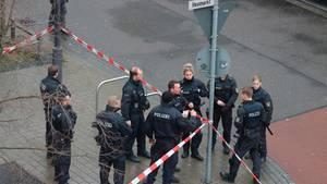 Polizisten am abgesperrten Tatort am Heumarkt in Hanau
