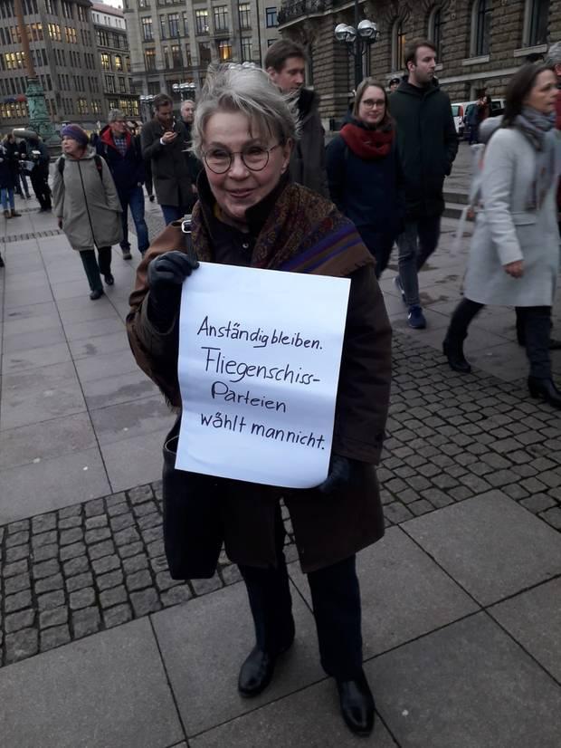 Gedenkveranstaltung in Hamburg: Diese Frau hat zum ersten Mal in ihrem Leben ein Plakat gebastelt, sagte sie dem stern.