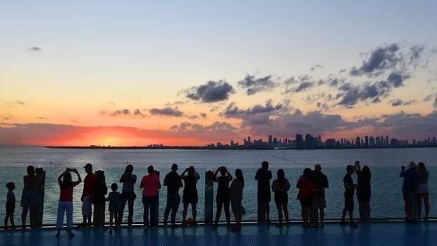 Sonnenuntergang vom Achterdeck aus gesehen: Abends legen die meisten Kreuzfahrtschiffe in Miami ab und fahren aufs offene Meer.