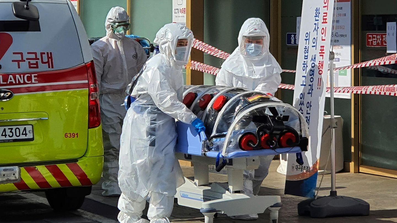Südkorea, Daegu: Mediziner in Schutzkleidung bringen einen Patienten in das Kyungpook National University Hospital