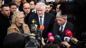 Hanau: Christine Lambrecht (l.), Horst Seehofer (m) und Volker Bouffier (r.), Ministerpräsident von Hessen