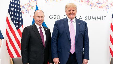 Donald Trump (r) und Wladimir Putin während eines bilateralen Treffens beim G20-Gipfel 2019 in Osaka