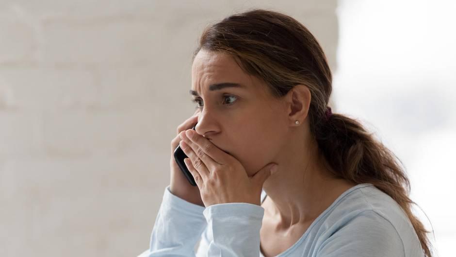 Angst vor dem Telefonieren: Eine Frau hält ein Smartphone in der Hand