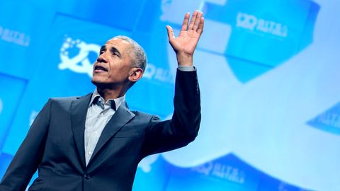 Barack Obama, ehemaliger Präsident der USA, steht Ende September während seiner Eröffnungsrede auf der Bühne des Unternehmensgründer- und Investorentreffens Bits & Pretzels in München