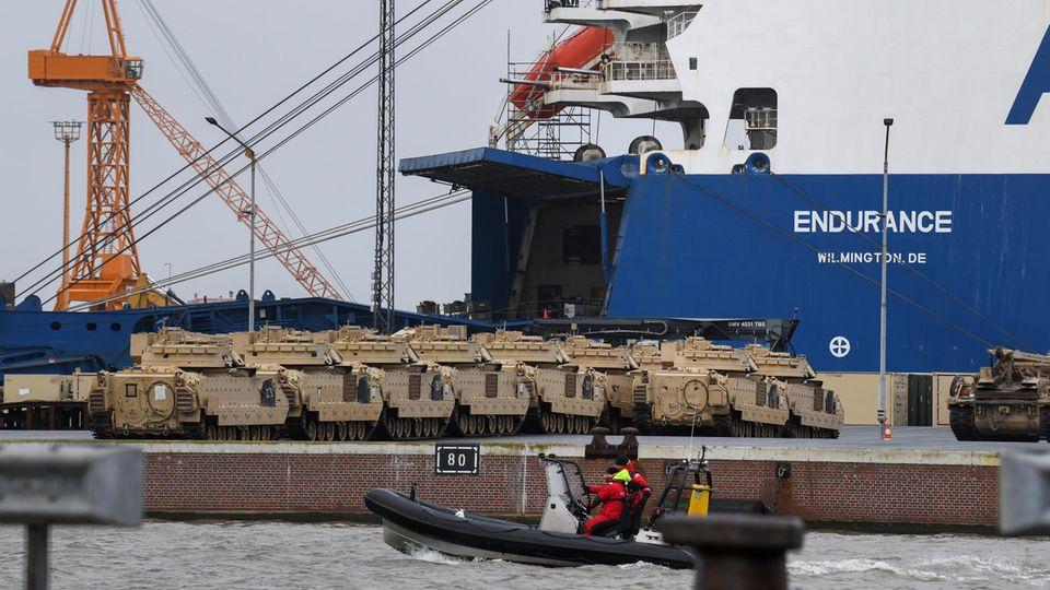 """Panzer der US-Armee stehen neben dem Frachtschiff """"Endurance"""" in Bremerhaven"""