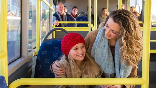 Mutter und Tochter sitzen im Bus