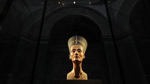 Die Büste der Nofretete in einem abgedunkelten Raum des Neuen Museums in Berlin