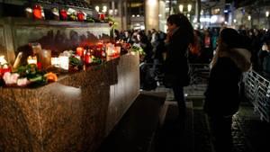 Menschen trauern am Abend in Hanau