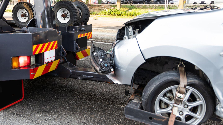 Auto wird nach Unfall abgeschleppt