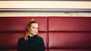 Nora Gantenbrink sitzt auf einem Sofa in einer Hamburger Kneipe