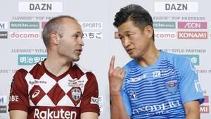 Kazuyoshi Miura (rechts) und Andres Iniesta bei der Pressekonferenz vor dem Spiel