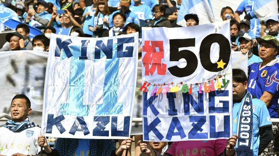 "Fans von Yokohama FC zeigen ""King-Kazu""-Plakate"