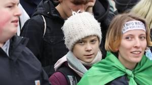Die Klimaaktivistin Greta Thunberg (m.) in Hamburg