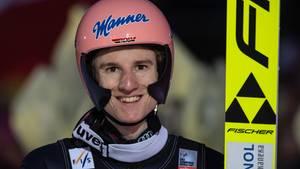 sport kompakt: Skispringer Karl Geiger mit seinen Skiern