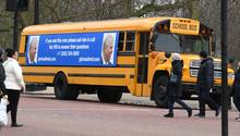 """London, Großbritannien.Ein US-Schulbus mit einer Botschaft für Prinz Andrew ist mehrmals am Buckingham-Palast in London vorbeigefahren. Auf dem Plakat steht: """"Wenn Sie diesen Mann sehen, dann bitten Sie ihn, das FBI anzurufen, um Fragen zu beantworten."""" Prinz Andrew soll in den Missbrauchsskandal um den US-Multimillionär Jeffrey Epstein verwickelt sein. Hinter der Aktion steht die US-Anwältin Gloria Allred, die mehrere Frauen in dem Skandal vertritt."""
