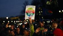 Während einer Kundgebung gegen rechte Gewalt nach dem Attentat von Hanau wird ein Anti-AfD-Plakat in Berlin hochgehalten