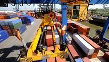 Container im Containerterminal von Logport im Duisburger Hafen