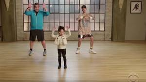 Justin Bieber und James Corden tanzen mit Kindern
