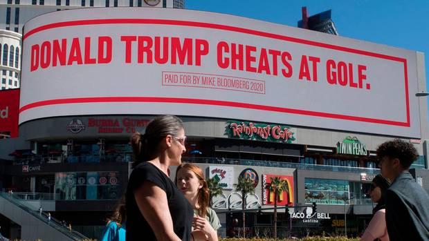 """""""Donald Trump schummelt beim Golfen"""": Solche Plakate ließ Mike Bloomberg in Las Vegas aufstellen"""
