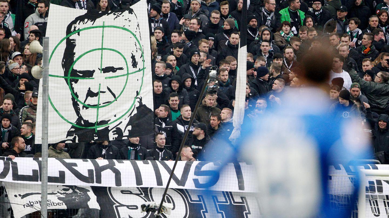 Mönchengladbacher Ultras zeigen ein Transparent mit dem Konterfei von Dietmar Hopp