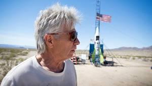 """Der US-Amerikaner Mike Huges, genannt """"Mad Mike"""", vor einem selbstgebauten Flugkörper"""