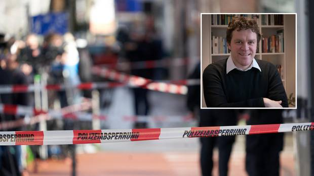 Polizeiabsperrungen sind am am Heumarkt in Hanau zu sehen, wo mehrere Menschen ums leben gekommen waren